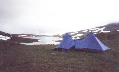 Sulitjelma 1990. Blaue Zelte sind erfreulich gut zu finden.